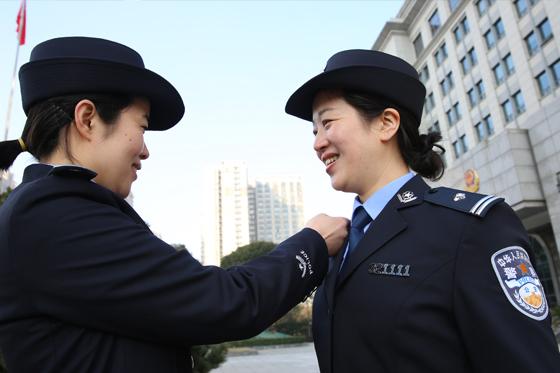 公安边防、警卫部队举行集体换装和入警宣誓仪式